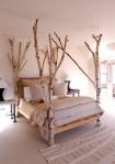 Łóżko z brzozowymi nogami, do samego sufitu. Źródło: blogamerifirstcom/em3projekt.wordpress.com